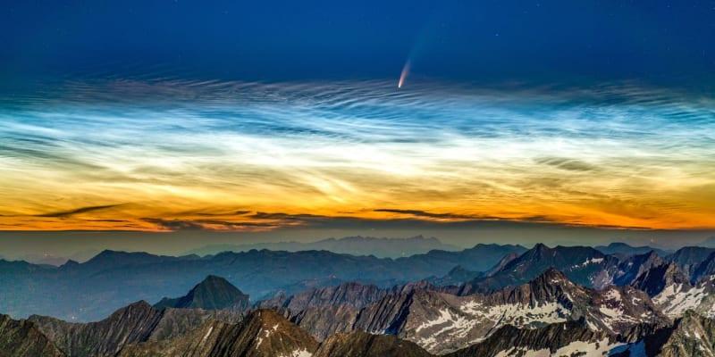 Kometa Neowise nad horou Hochfeiler v italských jihotyrolských  alpách (8. července 2020)