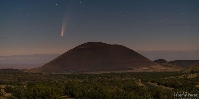 Kometa na snímku se sopkou Merriam Crater v Arizoně