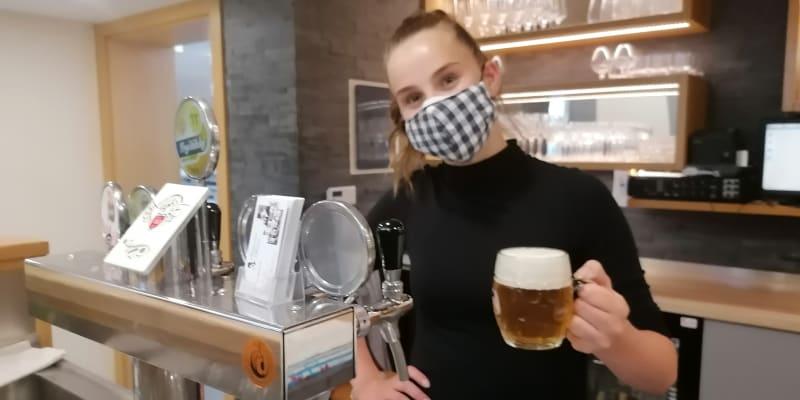Servírka Šárka Bártková v populární karvinské restauraci Baron
