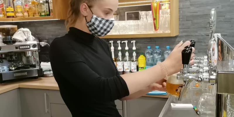 Servírka Šárka Bártková v karvinské restauraci Baron