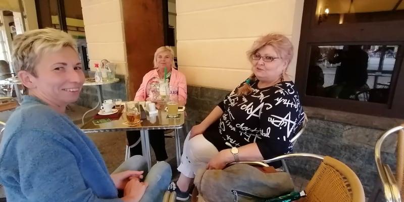 Trojice dam ve večerní kavárně Vanili na karvinském náměstí