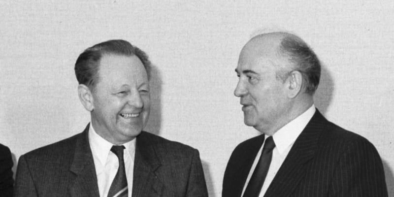 Miloš Jakeš a Michail Gorbačov (vpravo) v dubnu 1989 na návštěvě v Moskvě.