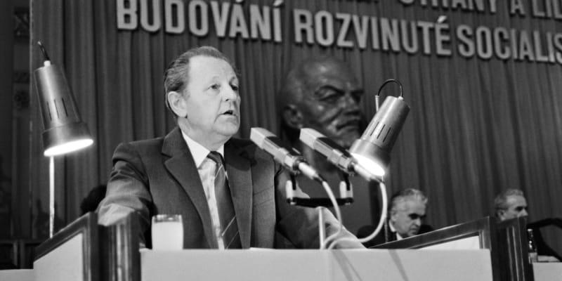 Miloš Jakeš se ujímá své funkce generálního tajemníka ÚV KSČ v prosinci 1987.
