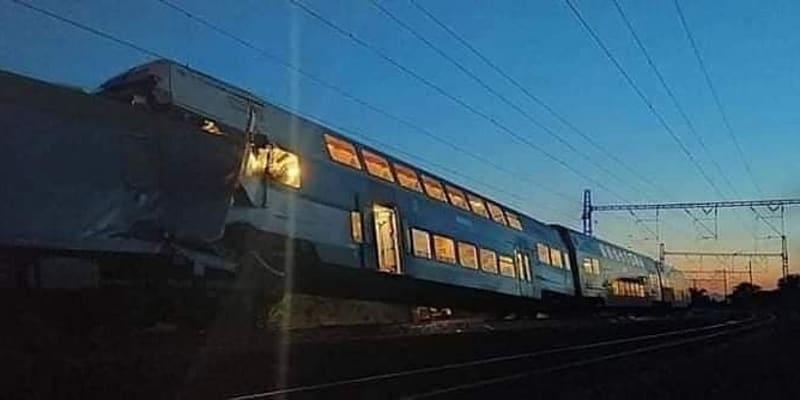 Osobní vlak City Elefant Českých drah najel na konec nákladního expresu dopravce ČD Cargo. Osobní vlak po nárazu vykolejil. (foto: Požáry.cz)