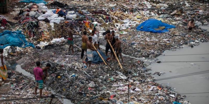 Obyvatelé Savaru znečišťují řeky, i když je loni zákon postavil na roveň člověku.