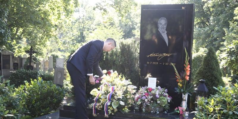 Ostatky Pilarové budou pohřbeny na hřbitově v pražských Malvazinkách, kde navždy odpočívá i Karel Gott.