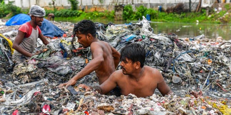 Dobrovolníci se do vody nořili bez ochrany přesto, že v ní byl i průmyslový odpad.