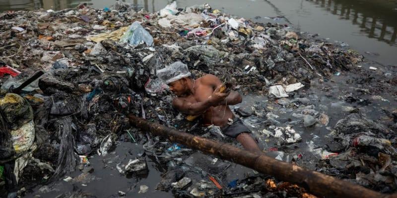 K rozbíjení hor odpadků posloužily mužům bambusové tyče.