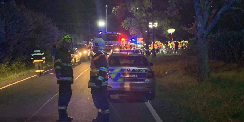 Osobní vlak City Elefant Českých drah najel na konec nákladního expresu dopravce ČD Cargo. Osobní vlak po nárazu vykolejil.