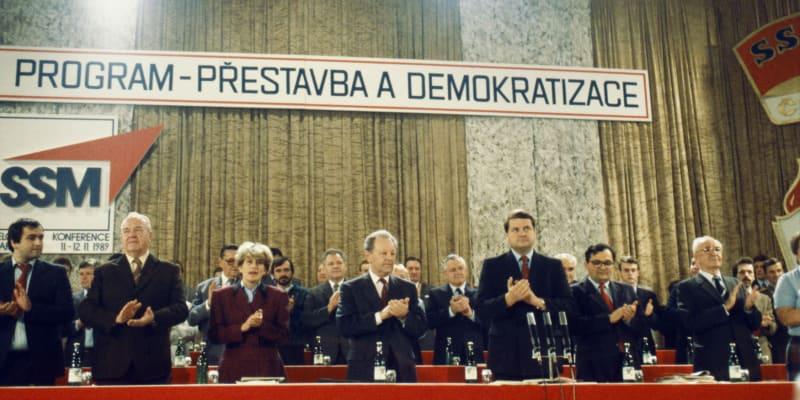 Miloš Jakeš na sjezdu Socialistického svazu mládeže (SSM). Po jeho levici tehdejší předseda SSM Vasil Mohorita.