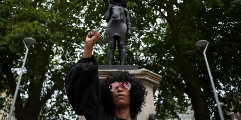 Jen Reid zapózovala pod svou sochou 15. července ráno po jejím vztyčení.