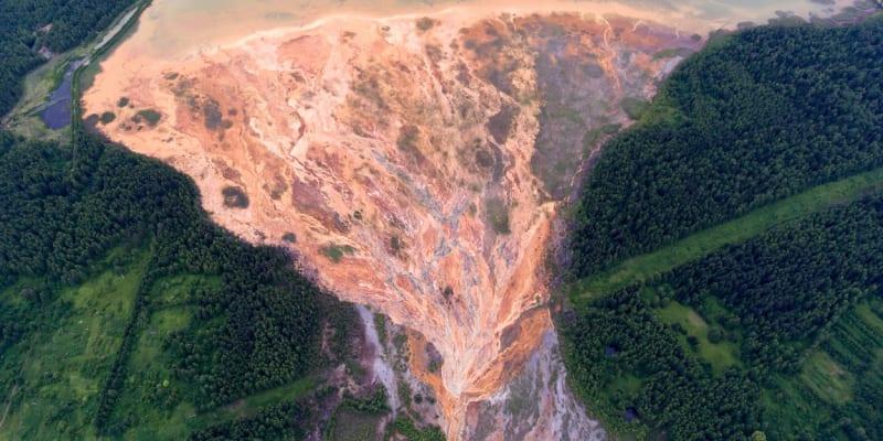 Ruská prokuratura prověřuje možný únik znečištěné vody z opuštěného dolu v jižní části pohoří Ural