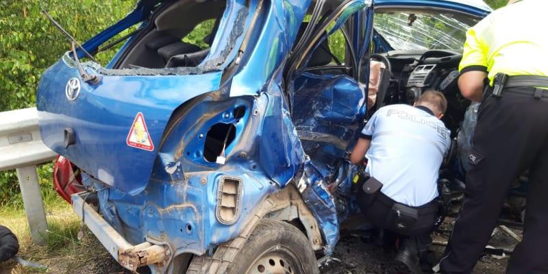 Při nehodě na Mladoboleslavsku se zranilo šest lidí včetně dvou kojenců.