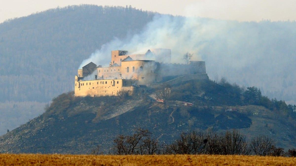 V březnu roku 2012 vzplál slovenský hrad Krásna Horka.