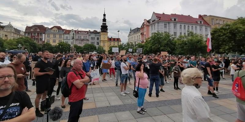 Pohled na Masarykovo náměstí v Ostravě, kde lidé demonstrovali proti nařízení hygieniků.