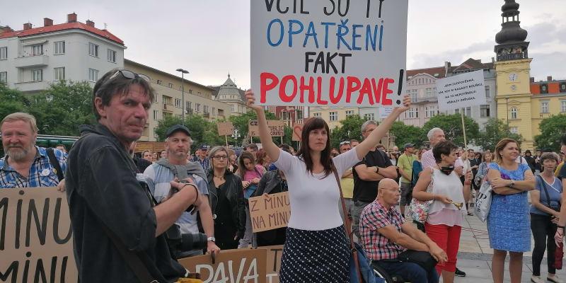 Žena přišla na pondělní demonstraci na Masarykovo náměstí s vlastnoručně vyrobenou cedulí aneb lidová tvořivost po Ostravsku.