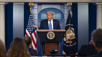 Střelba u Bílého domu přerušila Trumpovi konferenci, prezidenta odvedli