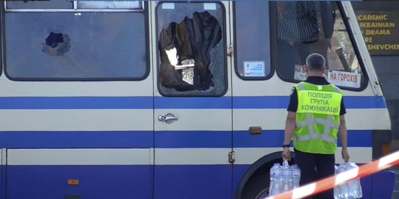 Policista přináší vodu k autobusu, do kterého vnikl v úterý v ukrajinském Lucku Maxim Krivoš a držel v něm devět hodin rukojmí.