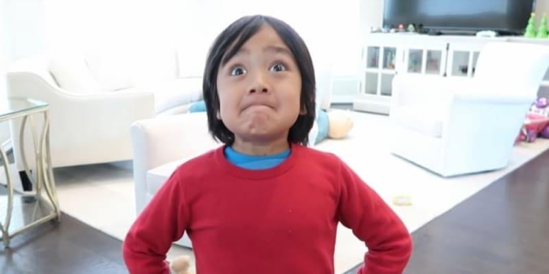 Nejvíce peněz loni vydělal teprve osmiletý youtuber Ryan Kaji. Přišel si v přepočtu na 588 milionů korun.