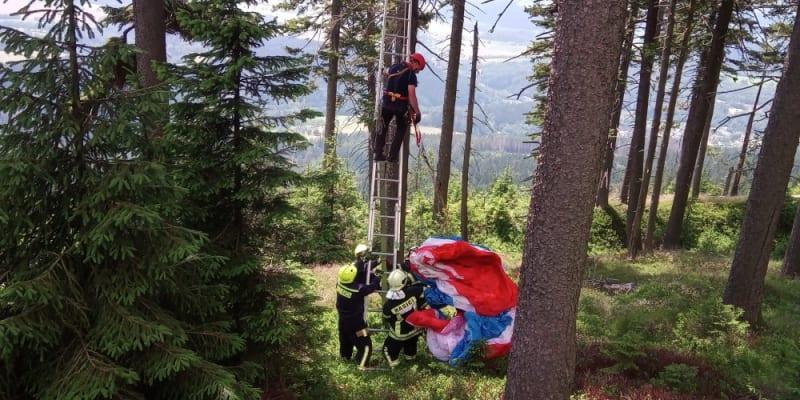 Paraglidista zůstal viset po startu na stromě, dolů mu pomohli hasiči