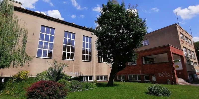 Čapkova sokolovna v Ostravě. Ze velkými okny na snímku, v tělocvičně, padly v červenci 1950 čtyři rozsudky smrti.