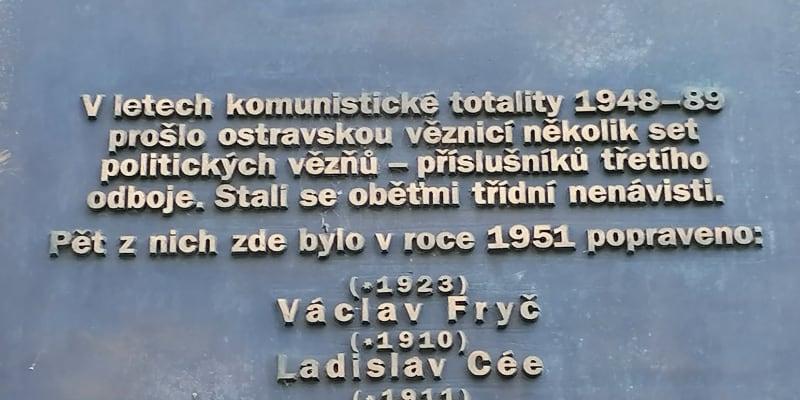 Pamětní deska popraveným na budově soudu v Ostravě. Václav Fryč byl obětí jiného procesu než čtyři další oběti uvedené na desce.