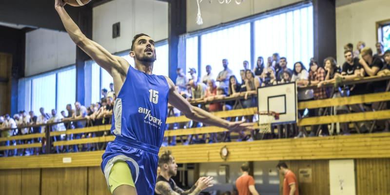 Český basketbalista Tomáš Satoranský smečuje míč do koše během tréninku národního týmu při soustředění v Mariánských Lázních.