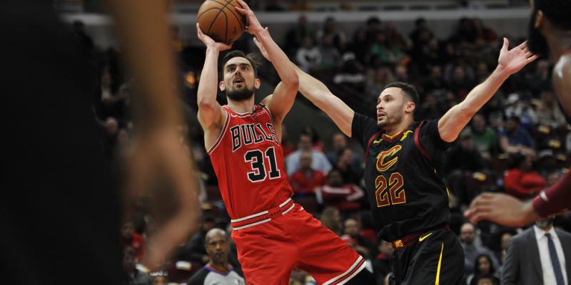 Tomáš Satoranský z týmu Chicago Bulls střílí na koš v jeho dosud posledním utkání zámořské NBA, které odehrál 10. března doma proti Cleveland Cavaliers. Brání ho Larry Nance.