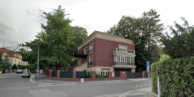 Nejdražší dům v Česku je na prodej za půl miliardy. Ruská majitelka je v exekuci.