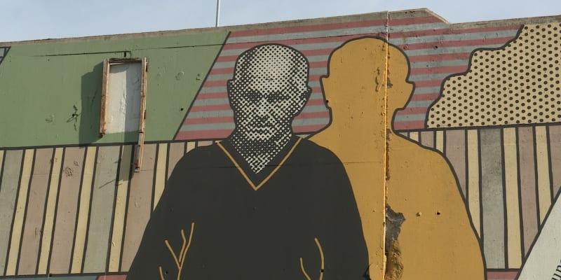 Detail takzvané Hrabalovy zdi v Libni