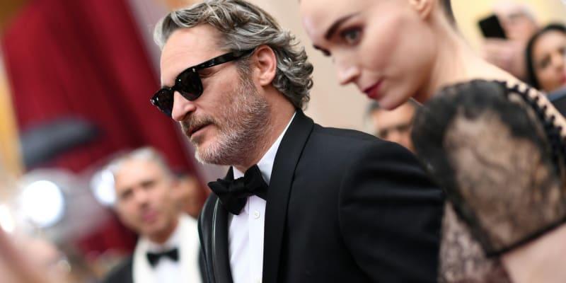 (Joaquin Phoenix a Rooney Maraová) Phoenix a Maraová už jsou spolu sice déle, stále se však najde dost lidí, kteří neměli o vztahu herce z Jokera a herečky z amerického remaku Mužů, kteří nenávidí ženy ani ponětí. Dohromady se přitom dali v roce 2012 při natáčení snímku Ona, světu však svůj vztah odhalili až v roce 2017 na filmovém festivalu v Cannes. Loni se zasnoubili a letos v květnu oznámili, že spolu čekají první miminko.