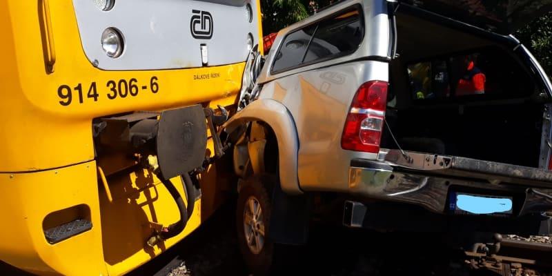 Na Strakonicku vjel řidič auta pod projíždějící vlak.