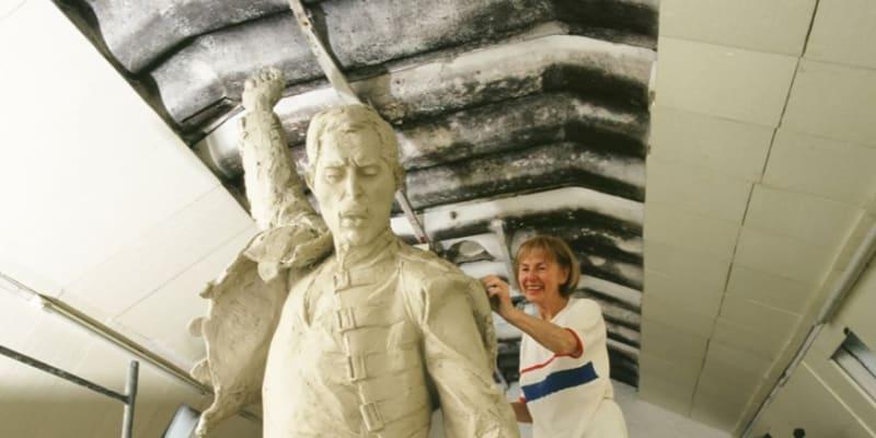 Sochařka Irena Sedlecká při práci na soše Freddieho Mercuryho