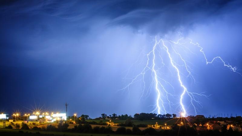 Po tropických vedrech přijdou silné bouřky. Meteorologové varují před vznikem požárů