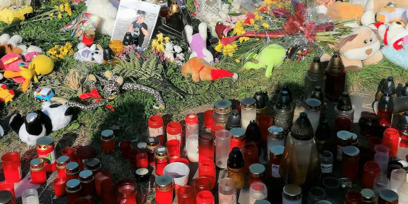 Svíčky a fotografie obětí na pietním místě