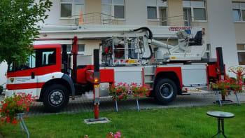 Při požáru v domově důchodců na Mělnicku zemřel člověk. Evakuováno bylo 74 lidí