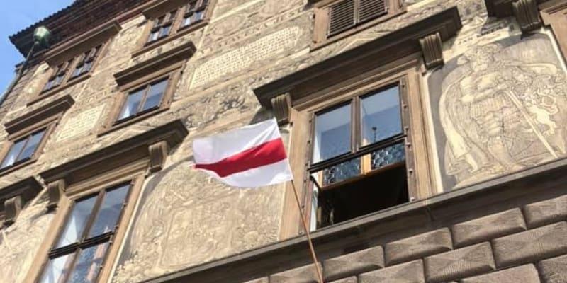 V Plzni v sobotu vyvěsili historickou vlajku Běloruska. Zůstane tam zhruba týden.