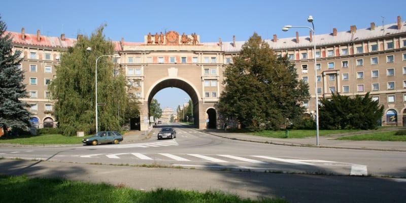 Oblouk v Ostravě Porubě dnes chátrá.