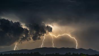 Česko ovládly tropy. V pondělí ale vedra vystřídají bouřky a silný déšť