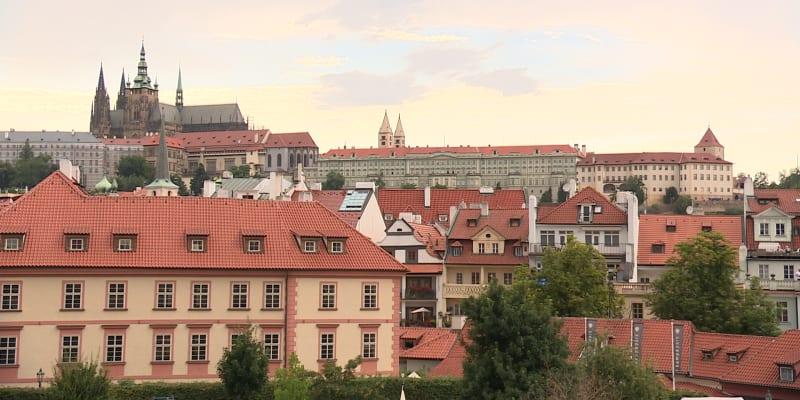 Lobkowiczký palác (vpravo) je jediným soukromým objektem v areálu Pražského hradu.