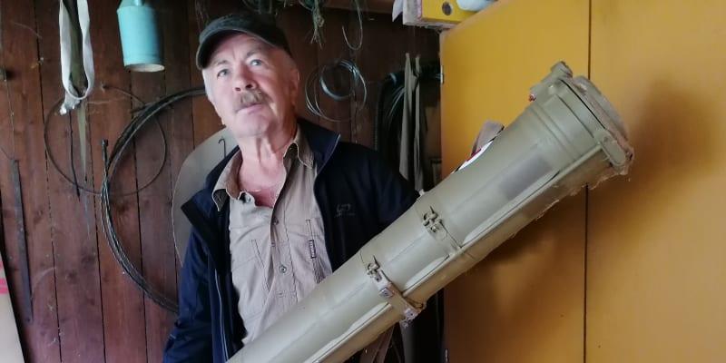 Jindřich Machala s obalem od sovětské zbraně