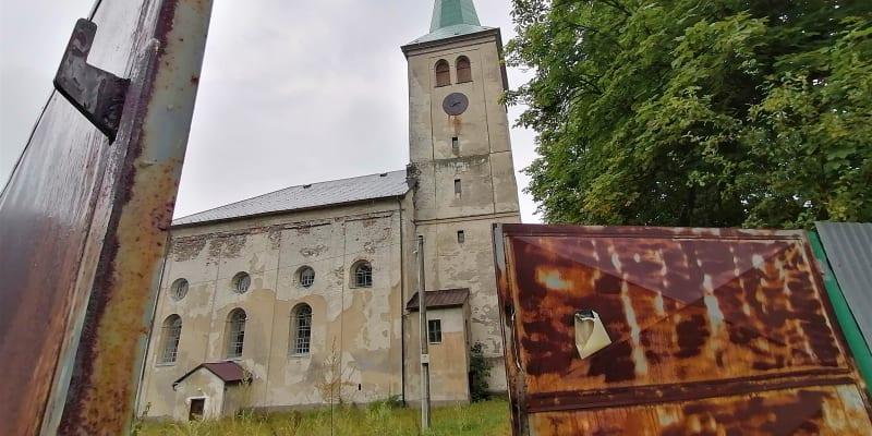 Město Libavá, zdevastovaný farní kostel za armádním plotem