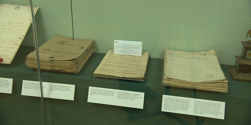 Hudební salonek ukazuje řadu pokladů: například Beethovenovy skladby.