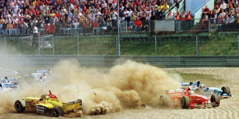První společná nehoda. A hned v první zatáčce Velké ceny Lucemburska v roce 1997. Ralf Schumacher najel ve svém žlutém Jordanu do Michaela Schumachera v červeném Ferrari.