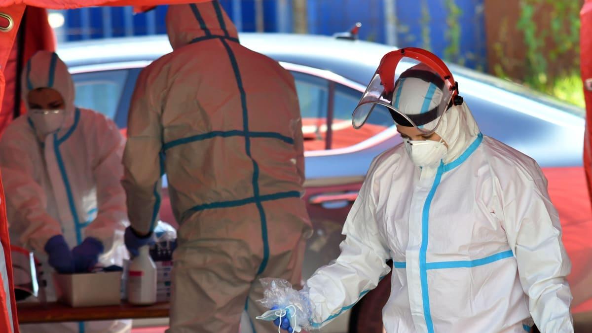 Nabírá epidemie opět na obrátkách? Číslo R popáté rostlo. Blatný má nový systém PES