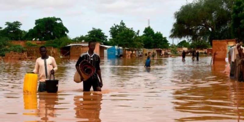 Nejhůře postižené jsou západní oblasti Nigeru, kde se vylila z břehů stejnojmenná řeka, která ochromila i chod hlavního města Niamey.