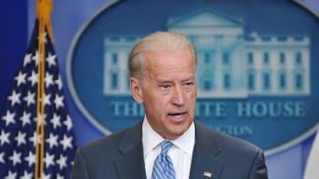 Biden zapomněl při projevu Trumpovo jméno. Napovídat mu musela jeho žena