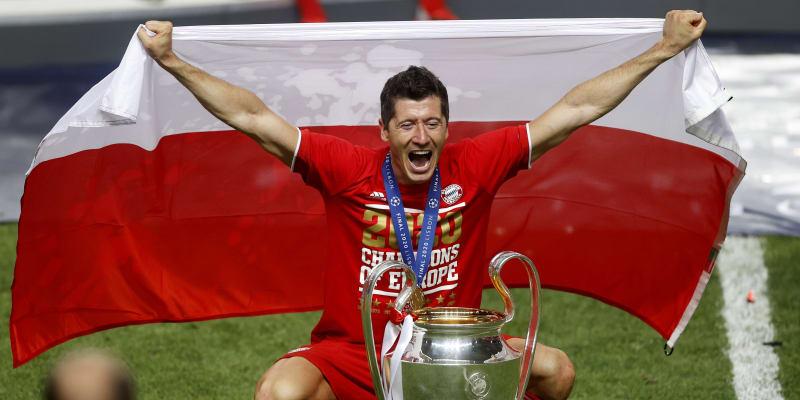 Robert Lewandowski se raduje s pohárem pro vítěze Ligy mistrů