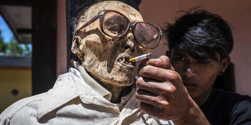 Netradiční rituál uctívání mrtvých na Celebesu