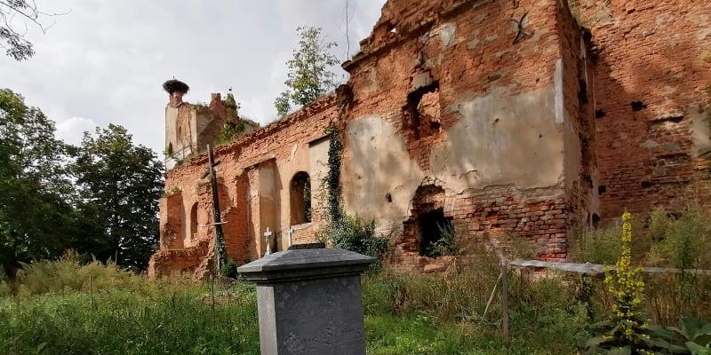 Wojnowice, ruiny kostela sv. Šimona a Judy Tadeáše, zničen byl při bojích v roce 1945.